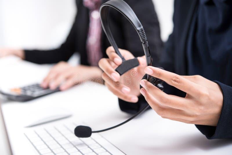 Vrouwenhanden die te dragen microfoonhoofdtelefoon houden ongeveer royalty-vrije stock foto's