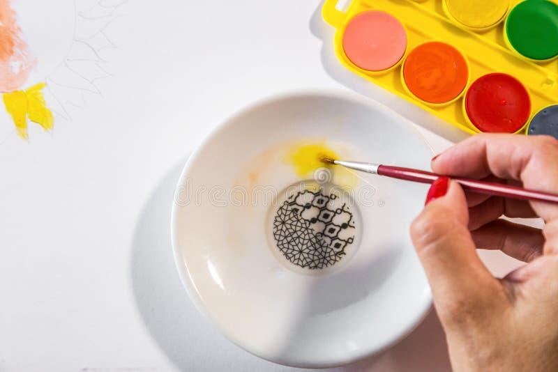 Vrouwenhanden het schilderen stock afbeeldingen