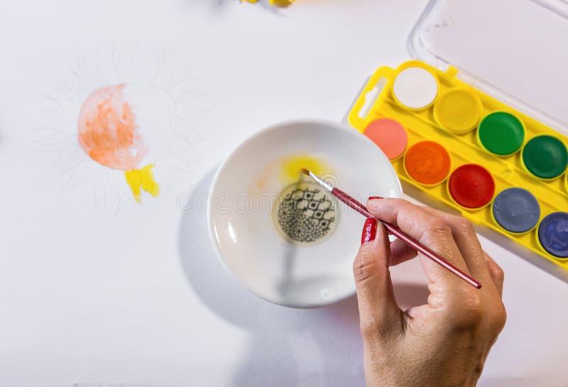 Vrouwenhanden het schilderen royalty-vrije stock afbeelding