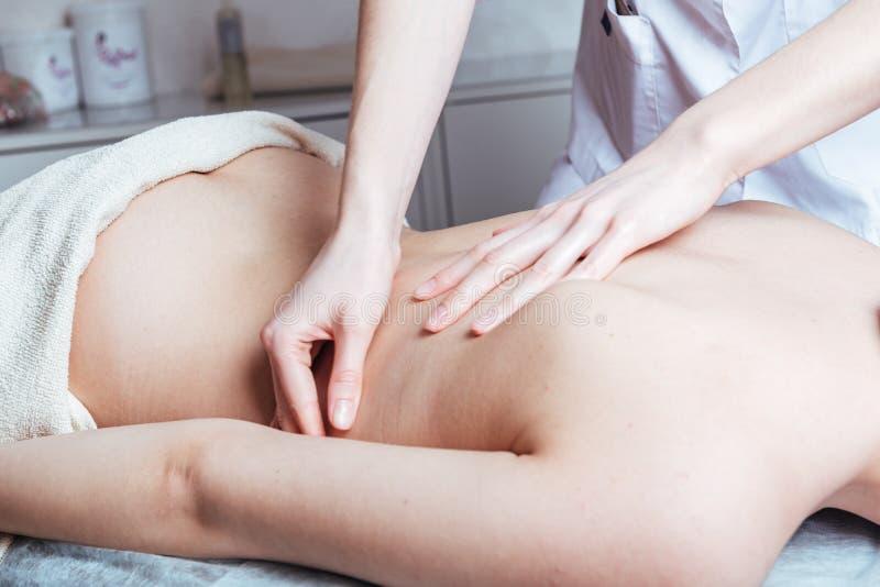 vrouwenhanden masseren op de Spa stock foto