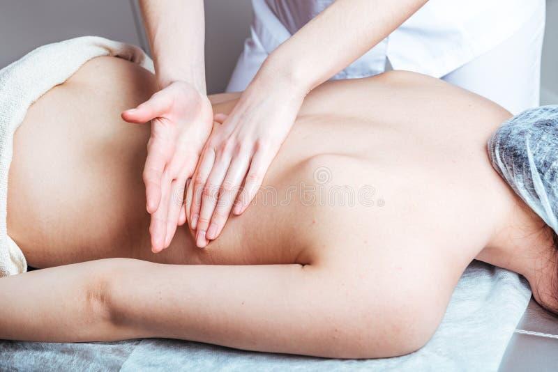 Vrouwenhanden masseren op de Spa stock fotografie