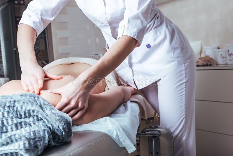Vrouwenhanden masseren op de Spa royalty-vrije stock fotografie