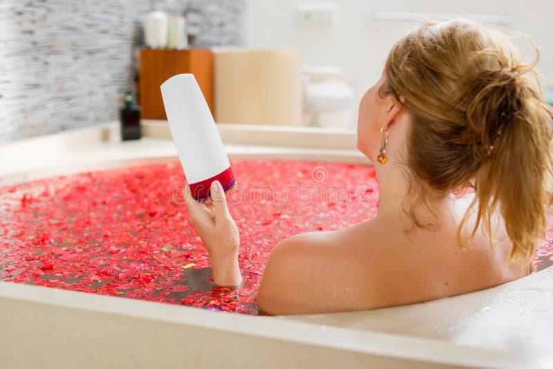 Vrouwenholding het baden product ter beschikking royalty-vrije stock afbeeldingen