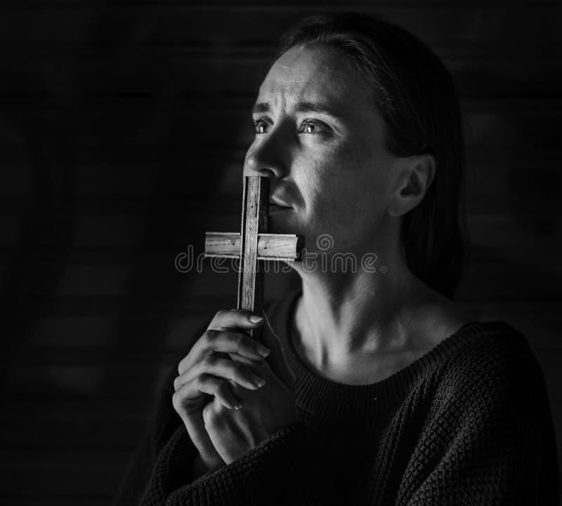 Vrouwenholding het Dwars Bidden voor God stock fotografie