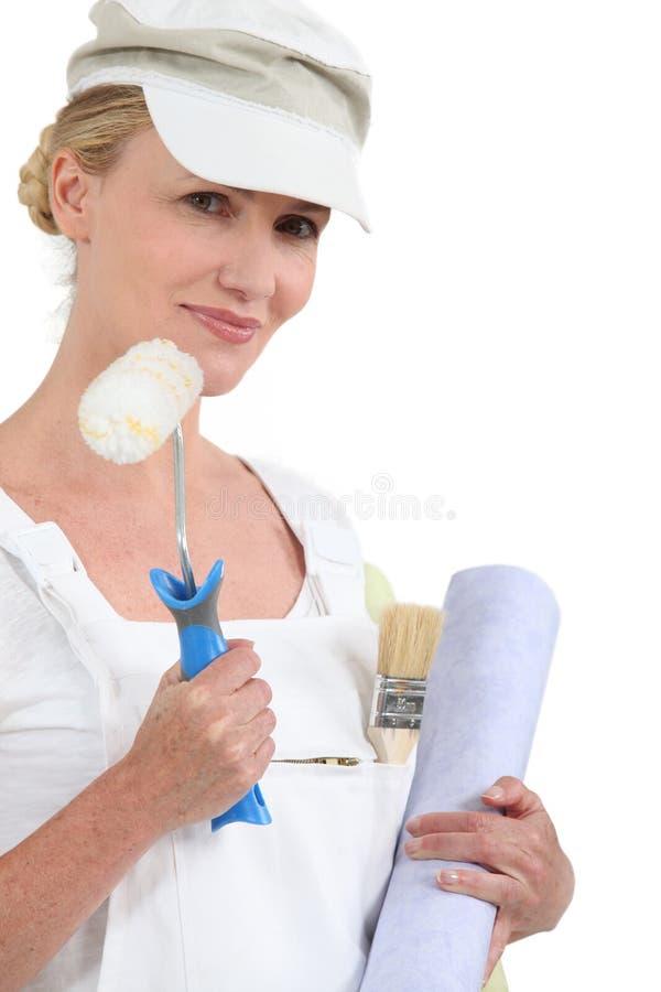 Vrouwenholding het schilderen stock fotografie