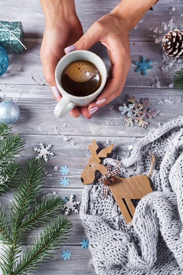 Vrouwenholding in koffie van handen de hete Kerstmis met suikergoed stock fotografie