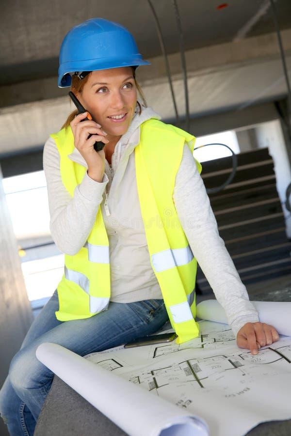 Vrouweningenieur die aan bouwwerf werken royalty-vrije stock foto's