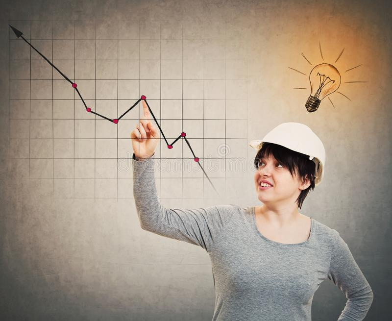Vrouweningenieur die grafiek tonen stock afbeelding