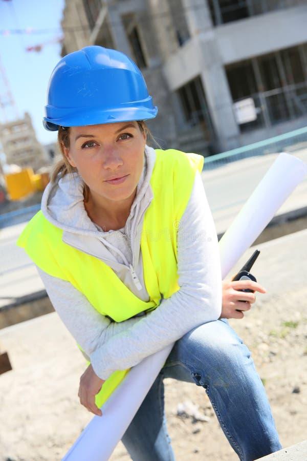 Vrouweningenieur op bouwwerf royalty-vrije stock foto