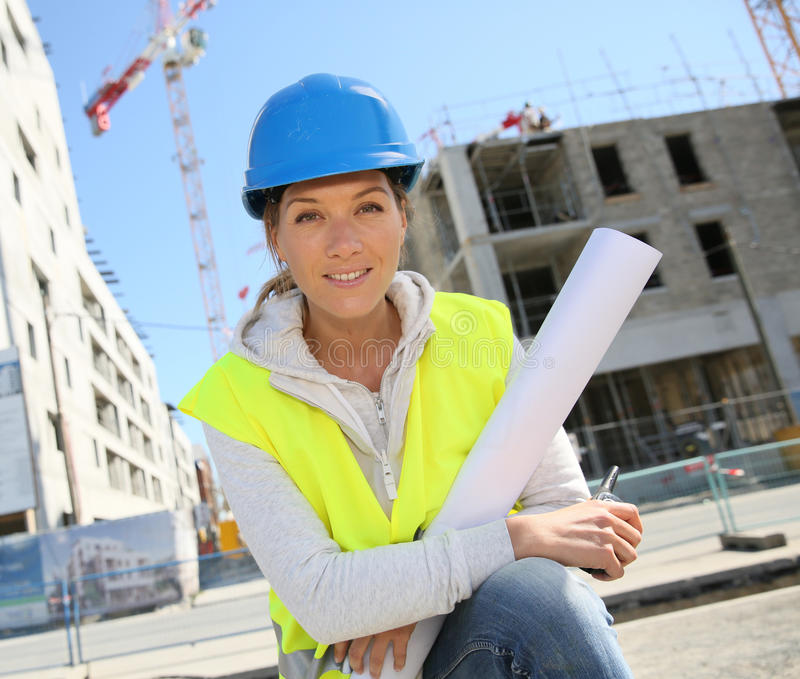 Vrouweningenieur op bouwwerf stock fotografie