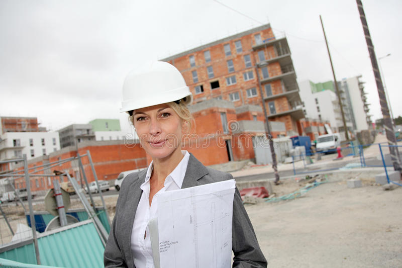 Vrouweningenieur op bouwwerf royalty-vrije stock fotografie