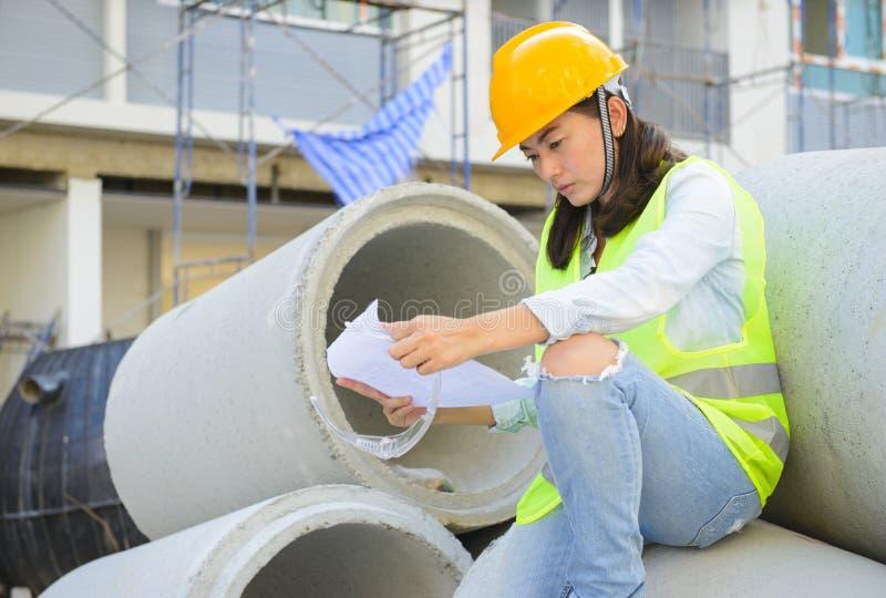 Vrouweningenieurs die blauwdruk bouwwerf bekijken royalty-vrije stock afbeelding