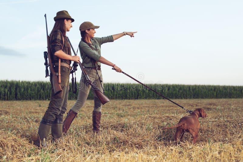Vrouwenjagers met jachthond royalty-vrije stock foto