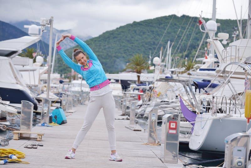 Vrouwenjogging in jachthaven royalty-vrije stock foto's