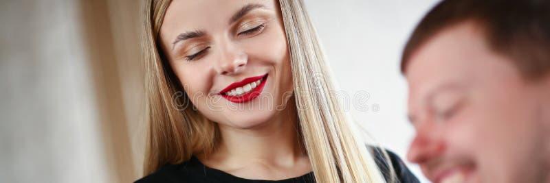 Vrouwenkapper die met Gesloten Ogen aan de Mens glimlachen stock fotografie