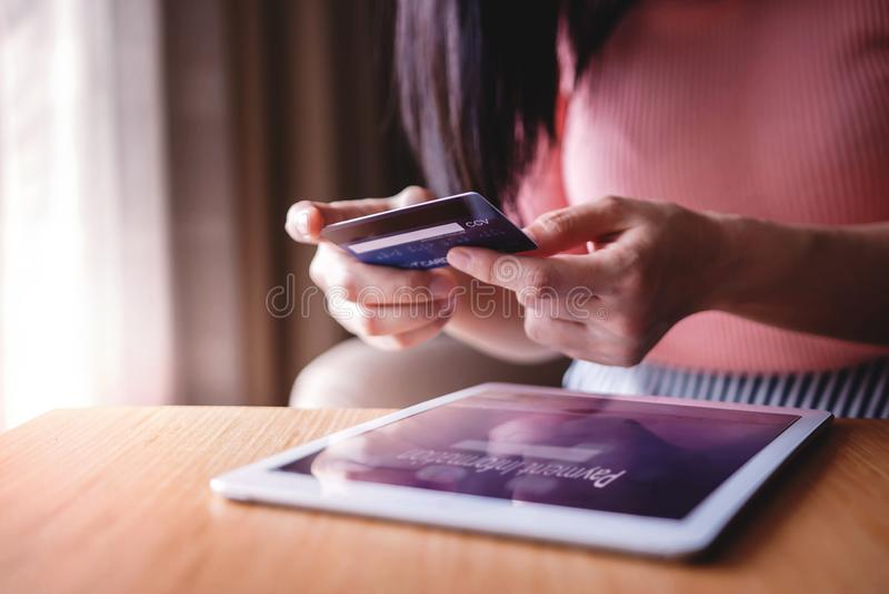 Vrouwenklant die Creditcard en Tablet gebruiken aan online het Winkelen Selectieve nadruk royalty-vrije stock foto