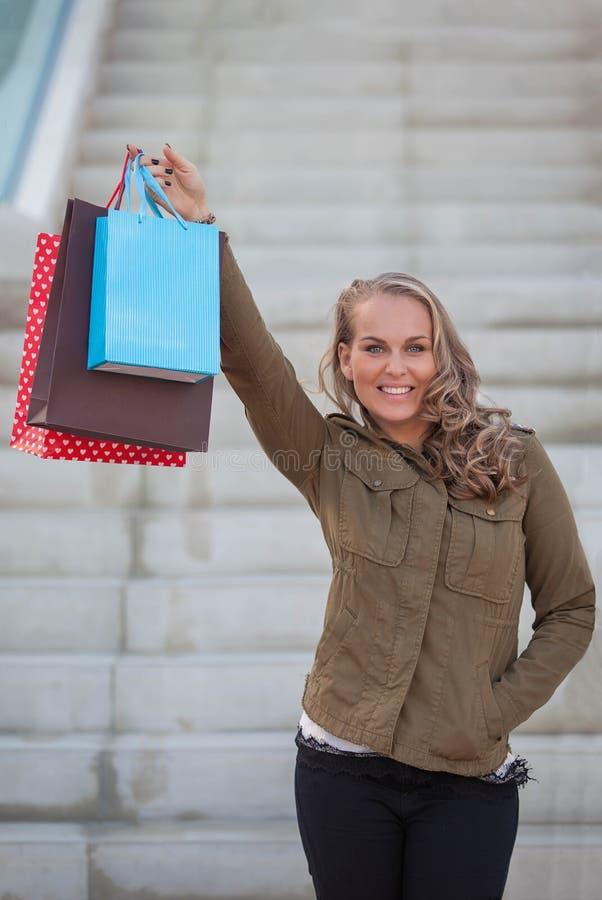 Vrouwenklant met het winkelen zakken stock afbeelding