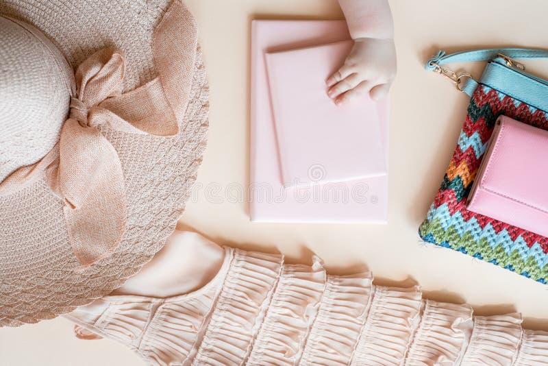 Vrouwenkleren en toebehoren: de roze bovenkant, jeans begrenst, parfum, sandals, zonnebril, hoed, lippenstift op witte achtergron stock afbeeldingen