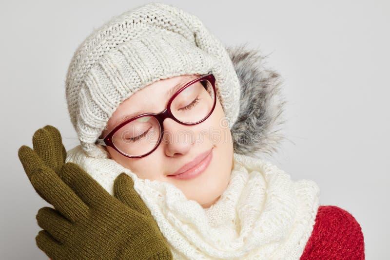 Vrouwenknuffels met haar sjaal in de winter royalty-vrije stock fotografie