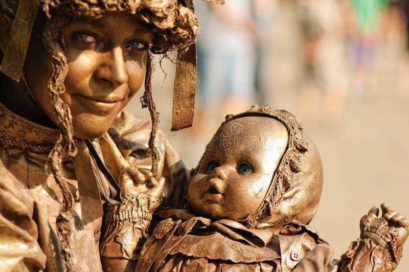 Vrouwenkunstenaar die tijdens het Internationale Festival van het Leven Standbeelden presteren stock foto's