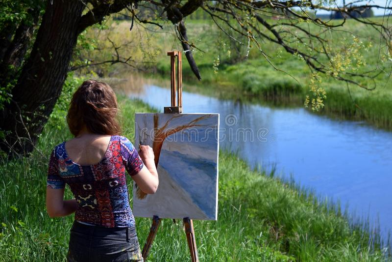 Vrouwenkunstenaar het schilderen landschap stock foto's