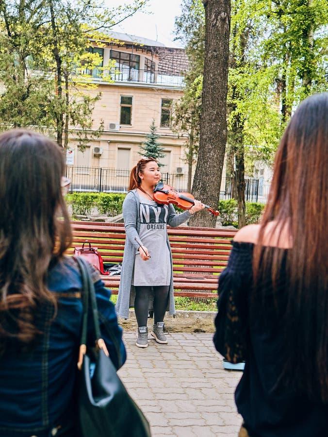 Vrouwenkunstenaar het spelen viool royalty-vrije stock afbeelding