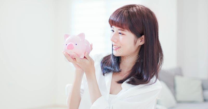 Vrouwenkus haar spaarvarken royalty-vrije stock afbeelding