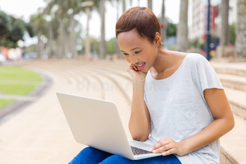 Vrouwenlaptop computer stock foto's