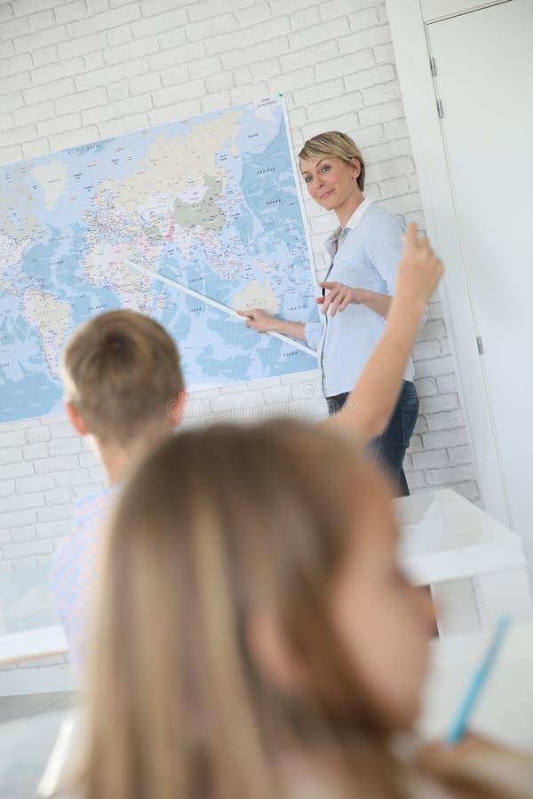 Vrouwenleraar in de aardrijkskunde van het klaslokaalonderwijs royalty-vrije stock afbeelding