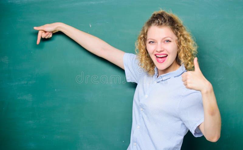 Vrouwenleraar voor bord De leraar verklaart hard onderwerp Goede leraarsmeester van vereenvoudiging belangrijk royalty-vrije stock afbeelding