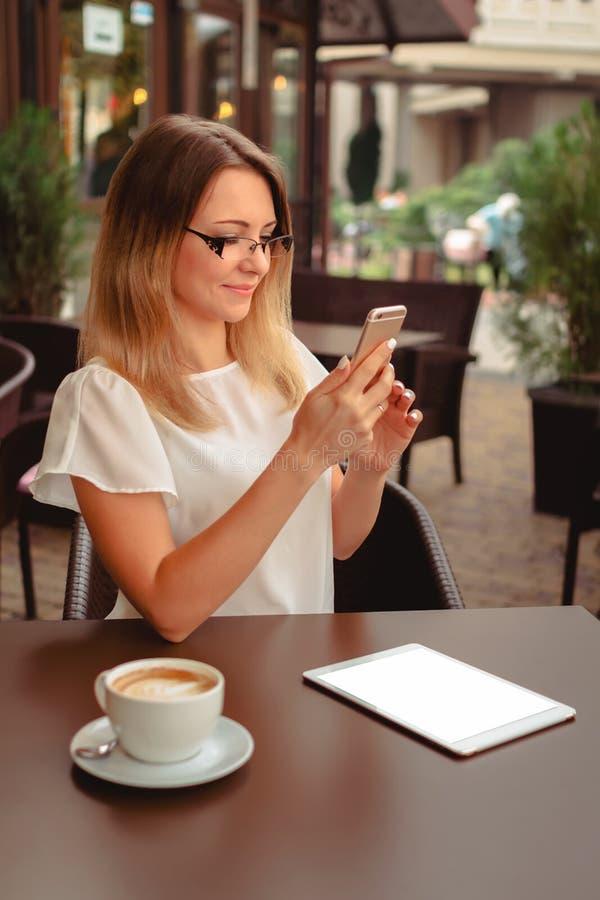 Vrouwenlezing of het typen op mobiele telefoon stock foto