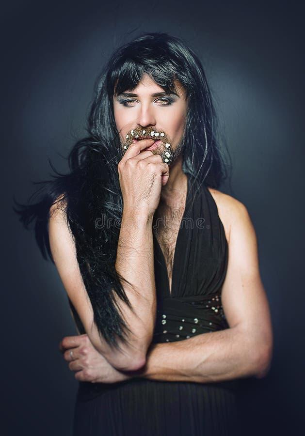 Vrouwenman met een baard in een kleding royalty-vrije stock fotografie