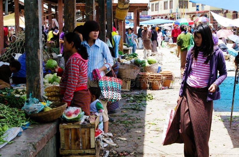 Vrouwenmarkt uit Bhutan stock afbeelding