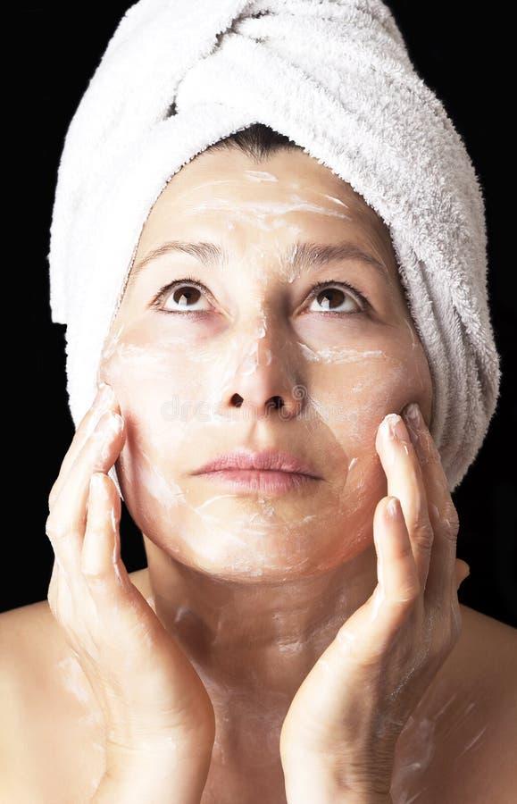 Vrouwenmasker op haar gezicht stock foto