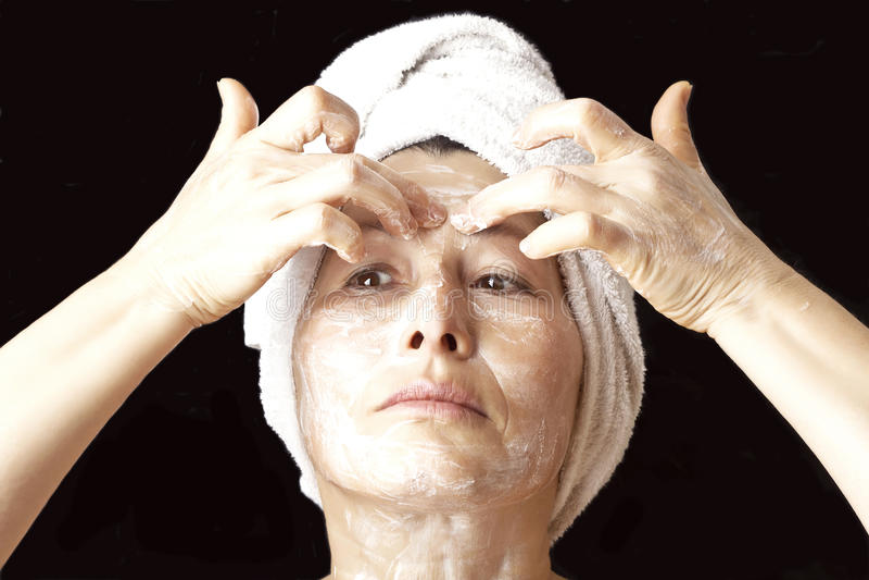 Vrouwenmasker op haar gezicht stock fotografie