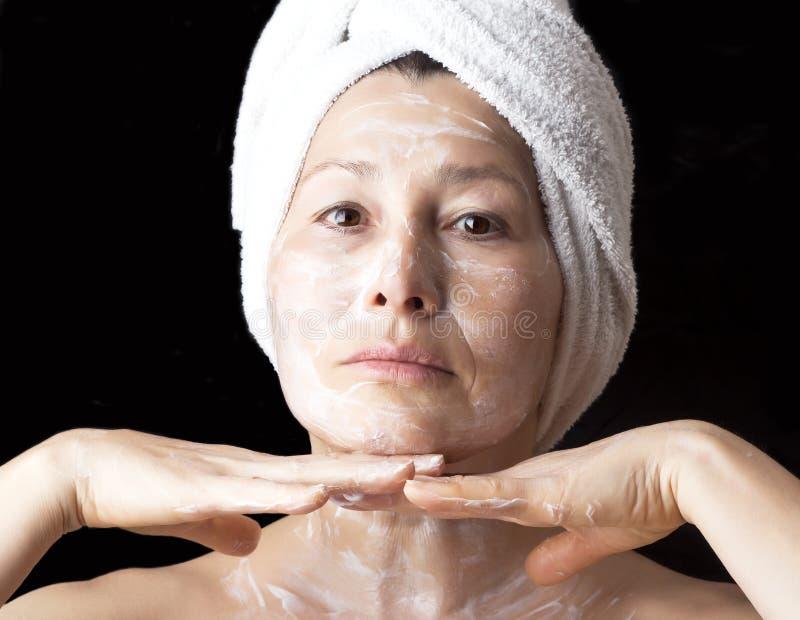 Vrouwenmasker op haar gezicht royalty-vrije stock foto's