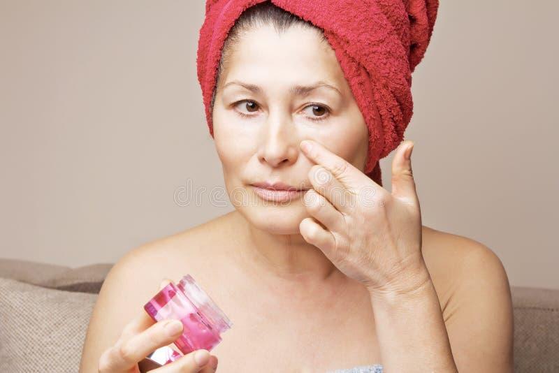 Vrouwenmasker op haar gezicht royalty-vrije stock foto