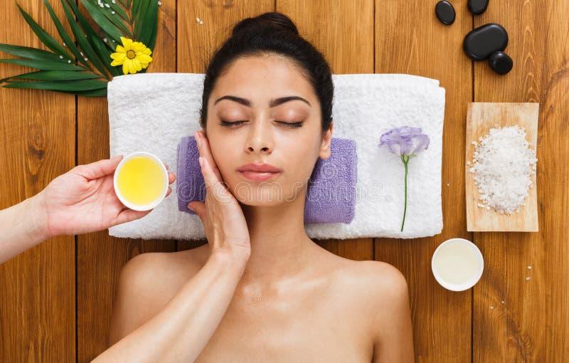 Vrouwenmassagist maakt gezicht het opheffen massage in het centrum van kuuroordwellness royalty-vrije stock fotografie