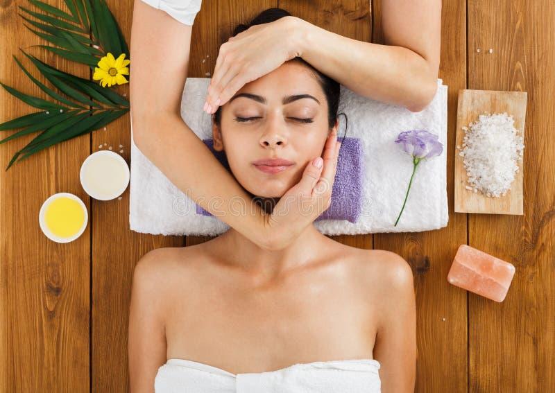Vrouwenmassagist maakt gezicht het opheffen massage in het centrum van kuuroordwellness stock foto's