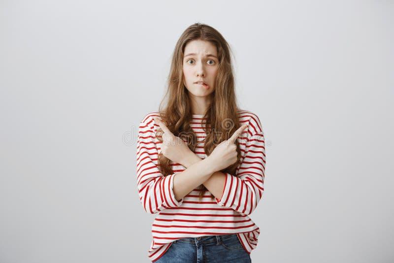 Vrouwenmening met twijfels en aarzelingen over het kiezen van richting wordt gevuld die Portret van ongerust gemaakte onbewuste j royalty-vrije stock foto's