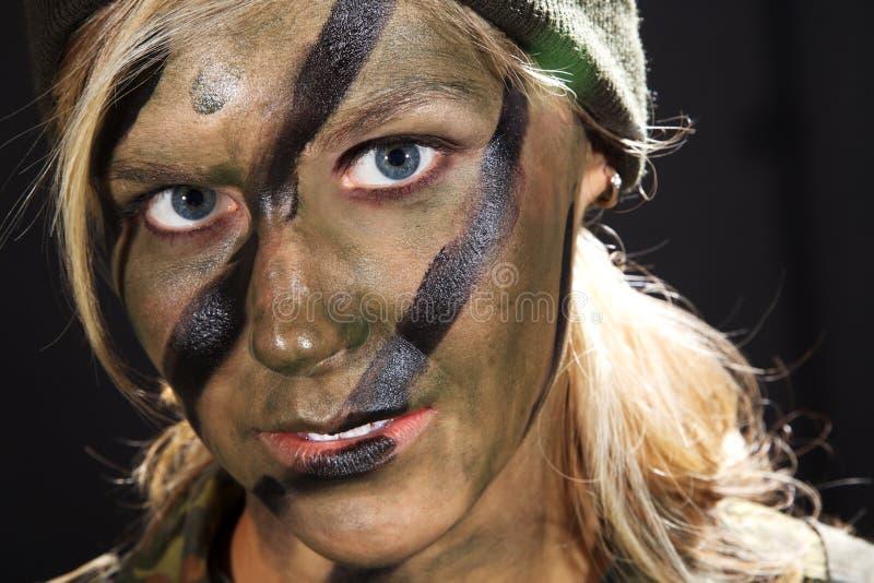 Vrouwenmilitair met camouflage binnen gezicht royalty-vrije stock fotografie