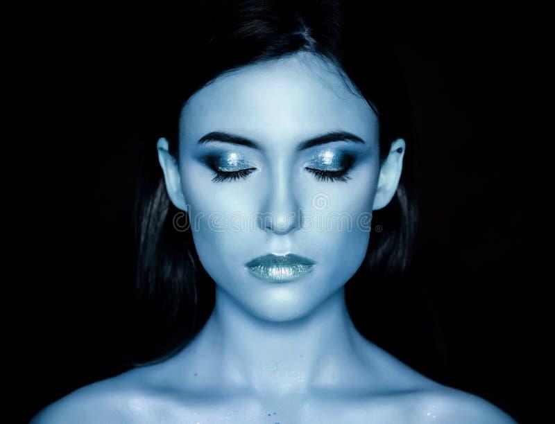 Vrouwenmodel met blauwe samenstelling royalty-vrije stock afbeeldingen