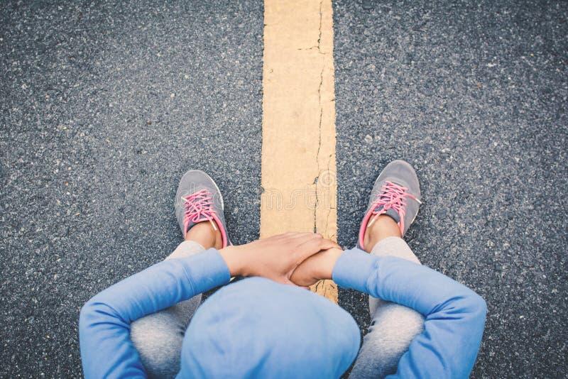 Vrouwenoefening en rust op weg stock fotografie