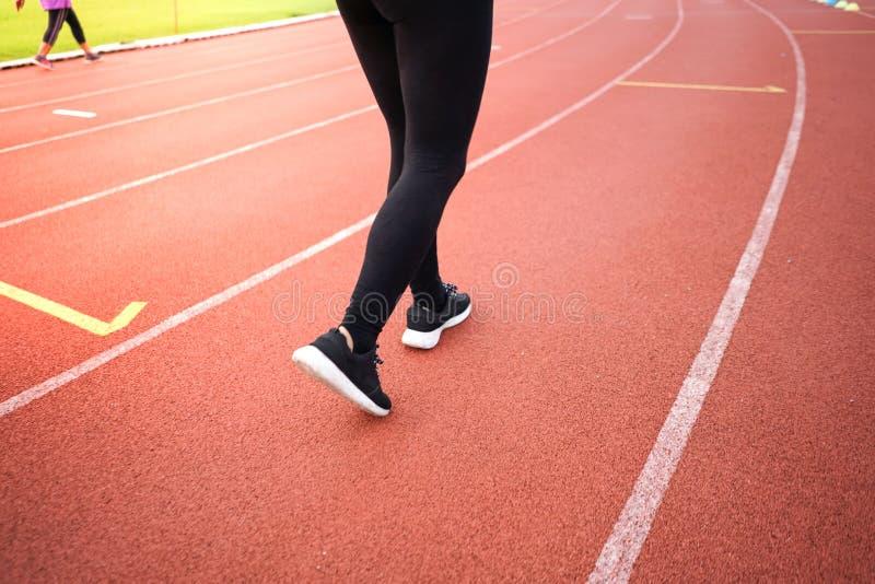 vrouwenoefening in sportstadion royalty-vrije stock foto's