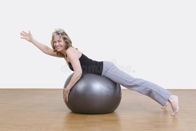 Vrouwenoefeningen met pilatesbal royalty-vrije stock foto