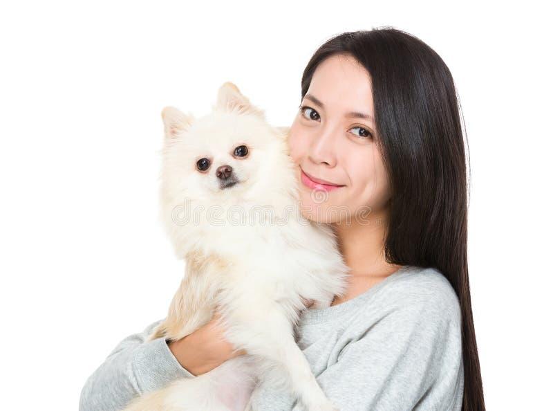 Vrouwenomhelzing met haar binnenlands huisdier stock foto