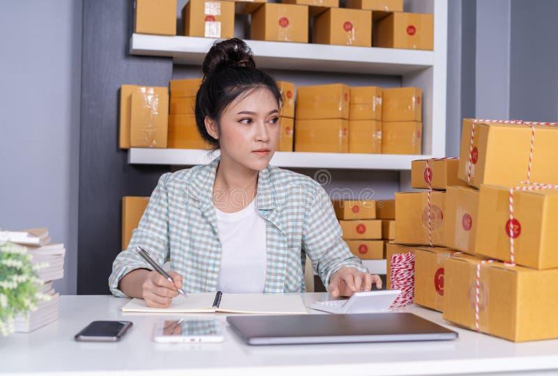 Vrouwenondernemer die financieel thuis bureau berekenen, online royalty-vrije stock afbeeldingen