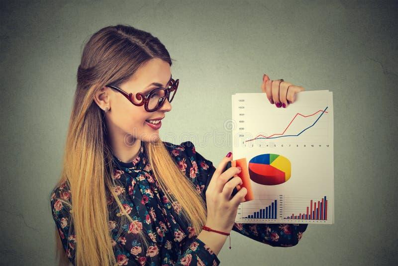 Vrouwenondernemer die goede financiële de marktresultaten tenietdoen van Wall Street royalty-vrije stock fotografie