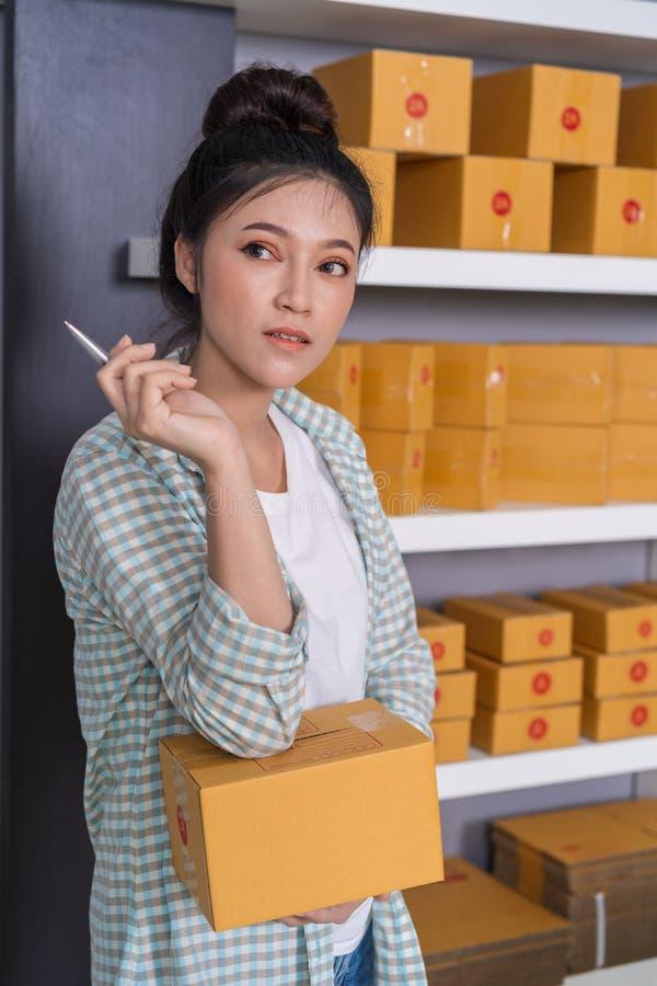 Vrouwenondernemer die met pakketdoos denken, online zaken, PR royalty-vrije stock foto's