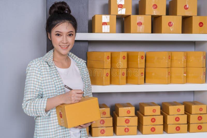 Vrouwenondernemer die op pakketdoos schrijven, online zaken, prepa royalty-vrije stock foto